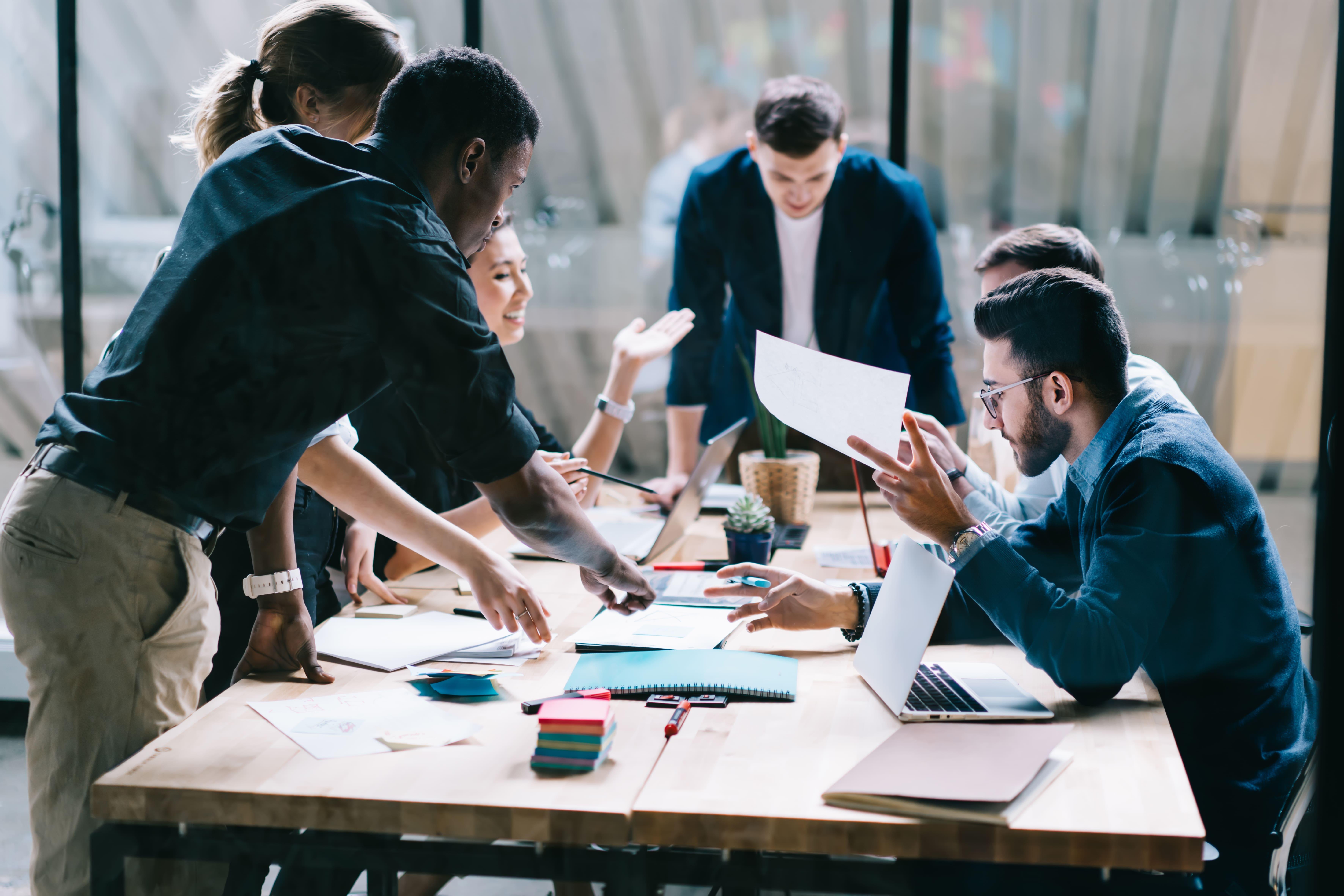 Imagem de alguns empreendedores estudando o que podem fazer para não desistir de empreender