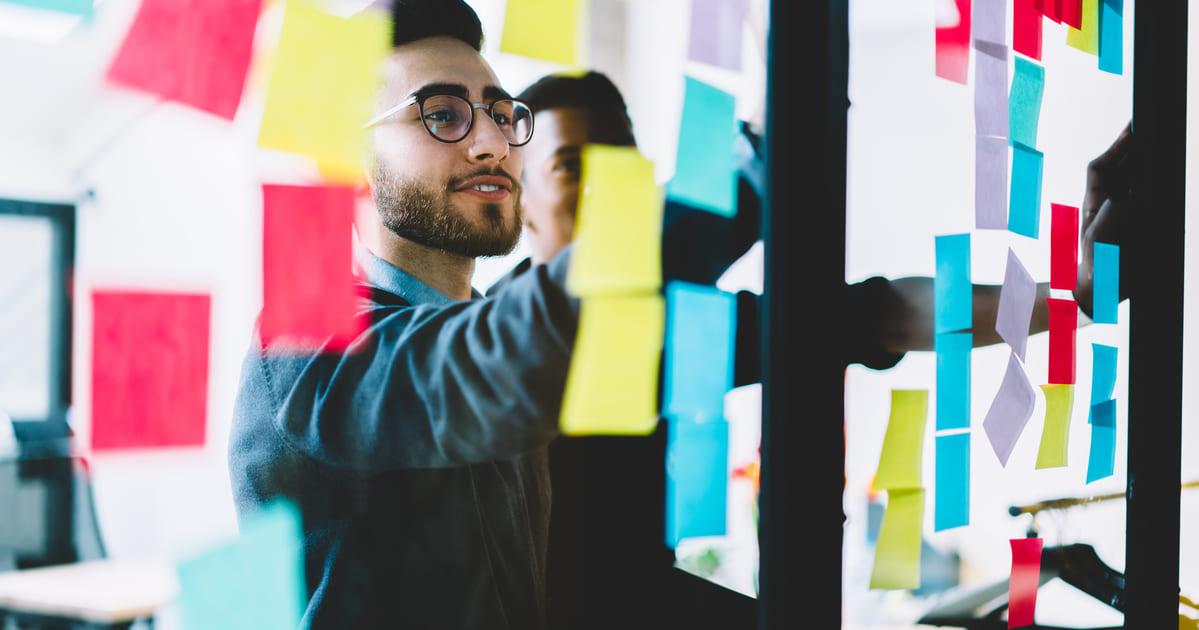Imagem de um empreendedor estudando como não desistir de empreender