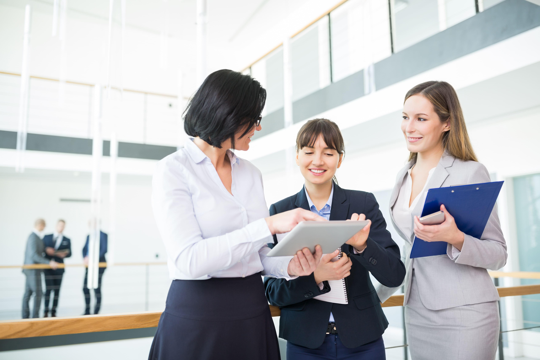 Imagem de três empreendedoras pesquisando algumas tendências de negócios para 2019