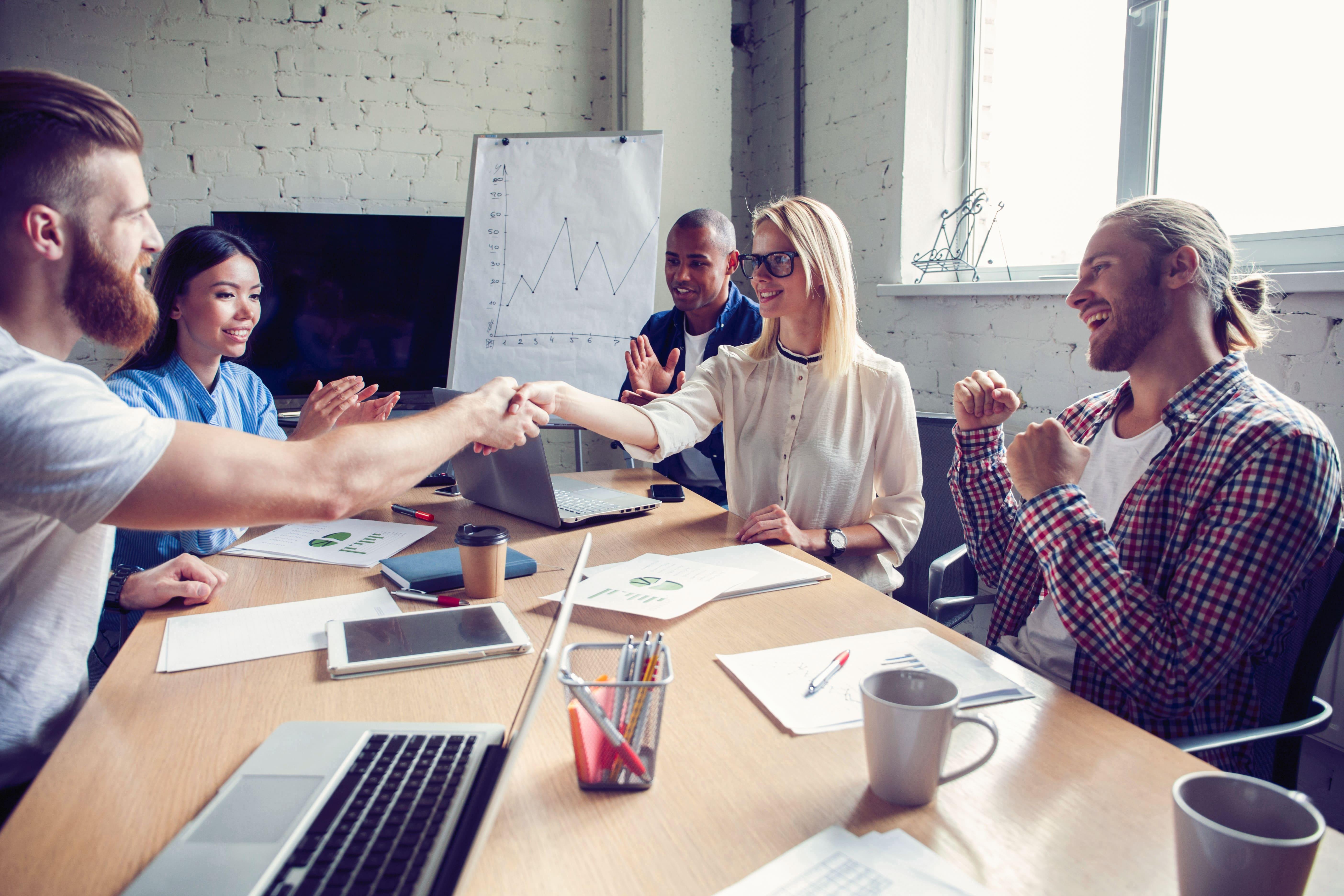 Imagem de alguns colaboradores animados para remeter quem deseja saber como construir o melhor lugar para se trabalhar