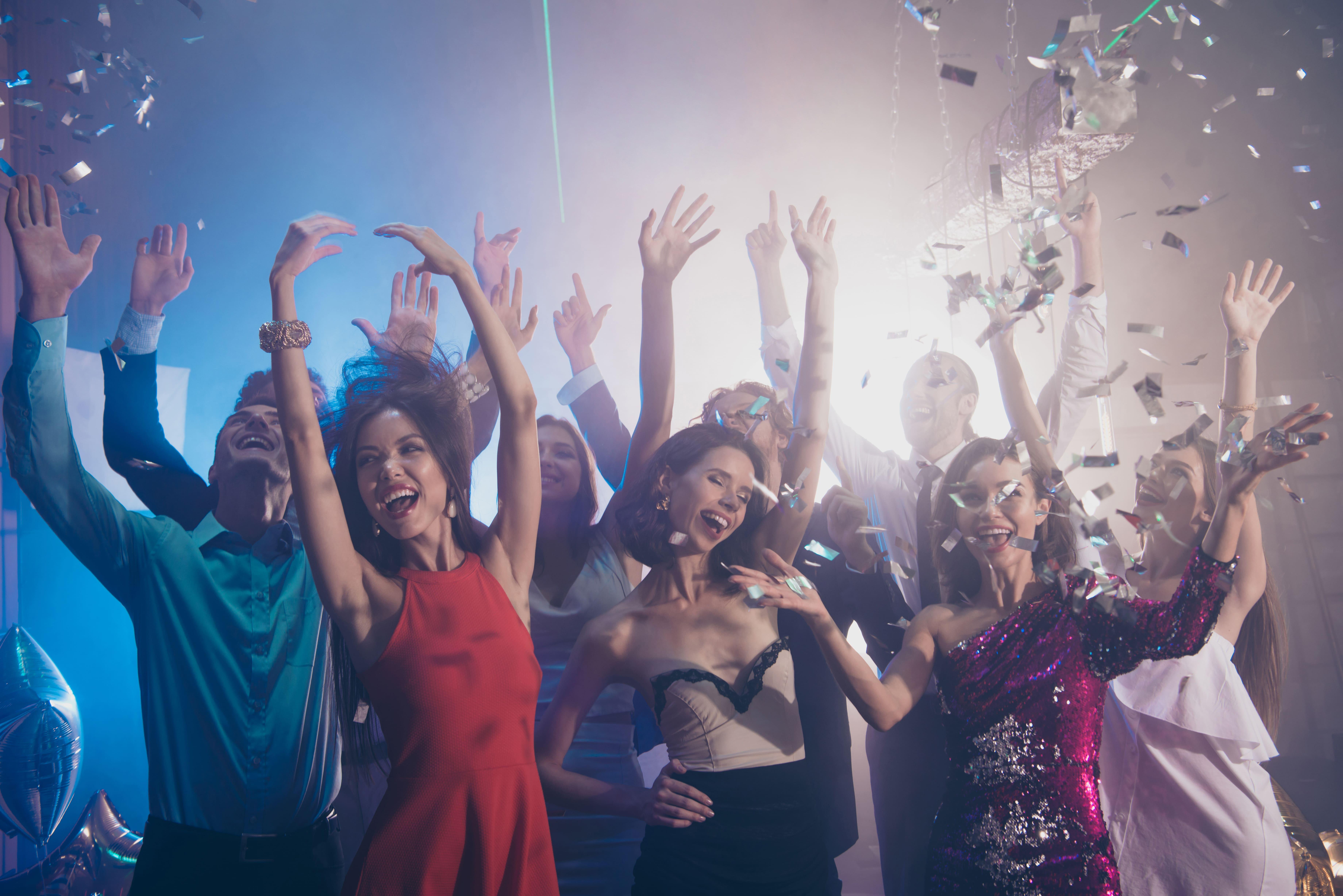 Imagem de pessoas em uma festa para remeter ao empreendedor que deseja saber como abrir uma empresa de aluguel de roupas