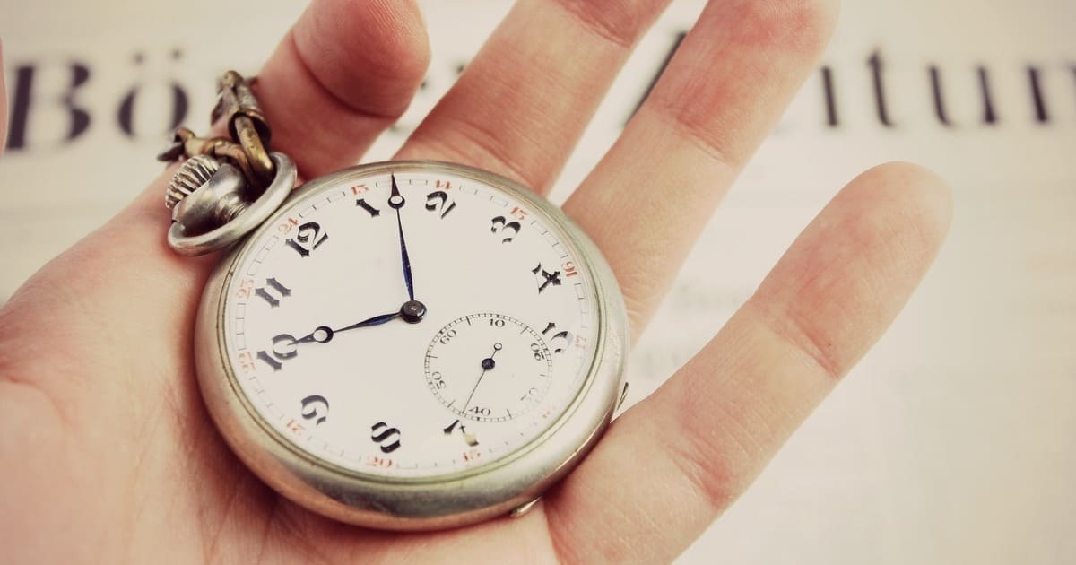 Imagem de um relógio na mão para remeter quem como organizar o tempo no trabalho