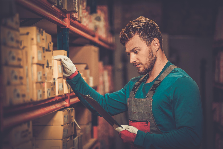 Imagem de um colaborador pegando alguns produtos para remeter quem deseja abrir uma loja de peças automotivas