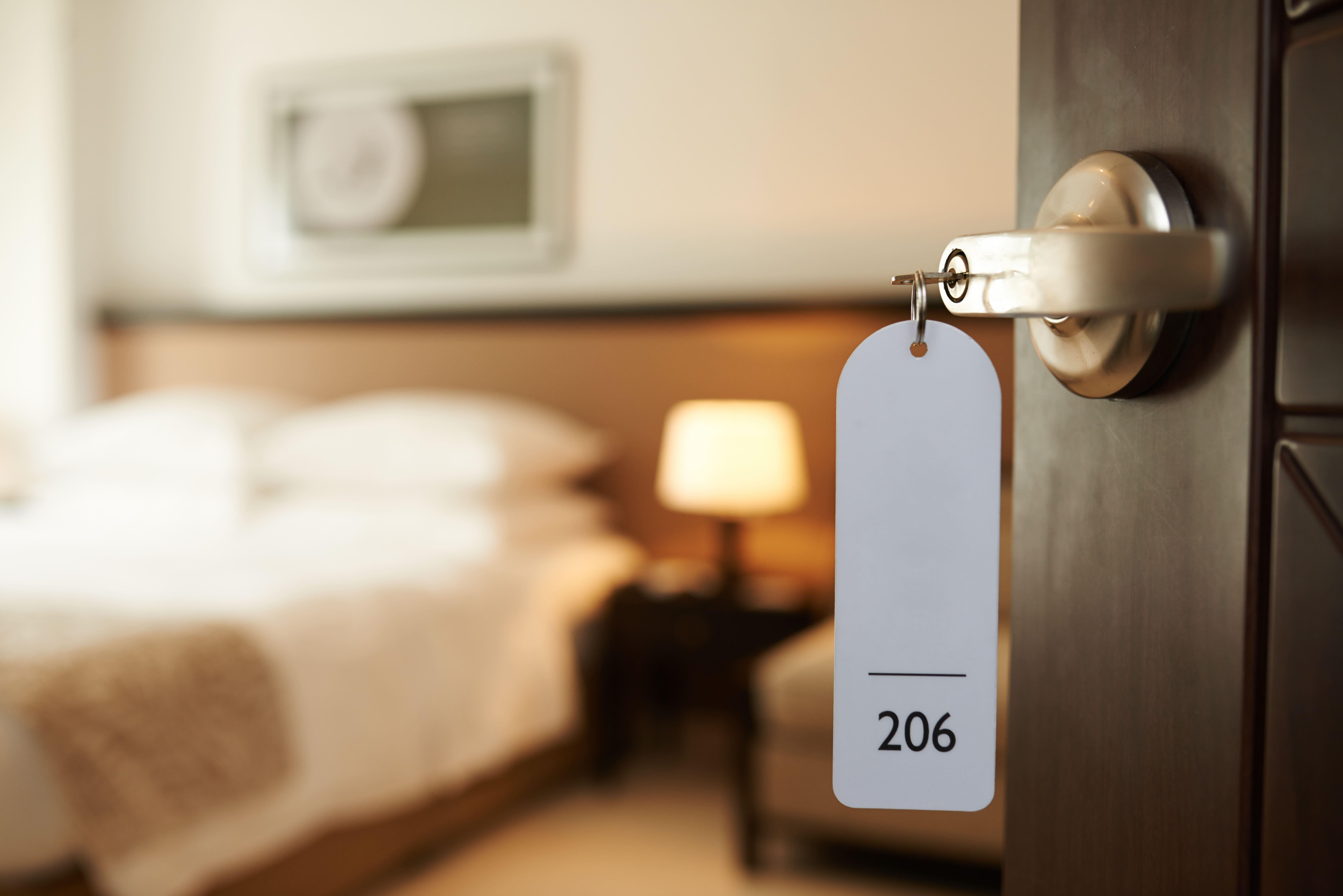 Imagem de um quarto de hotel para representar aqueles que desejam abrir um hotel