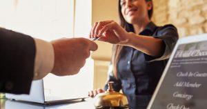 Imagem de uma recepção de hotel para remeter ao texto que mostra como abrir um hotel