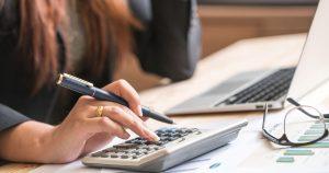 Imagem de uma empreendedora pesquisando algumas dicas financeiras para iniciar 2019 para iniciar no azul
