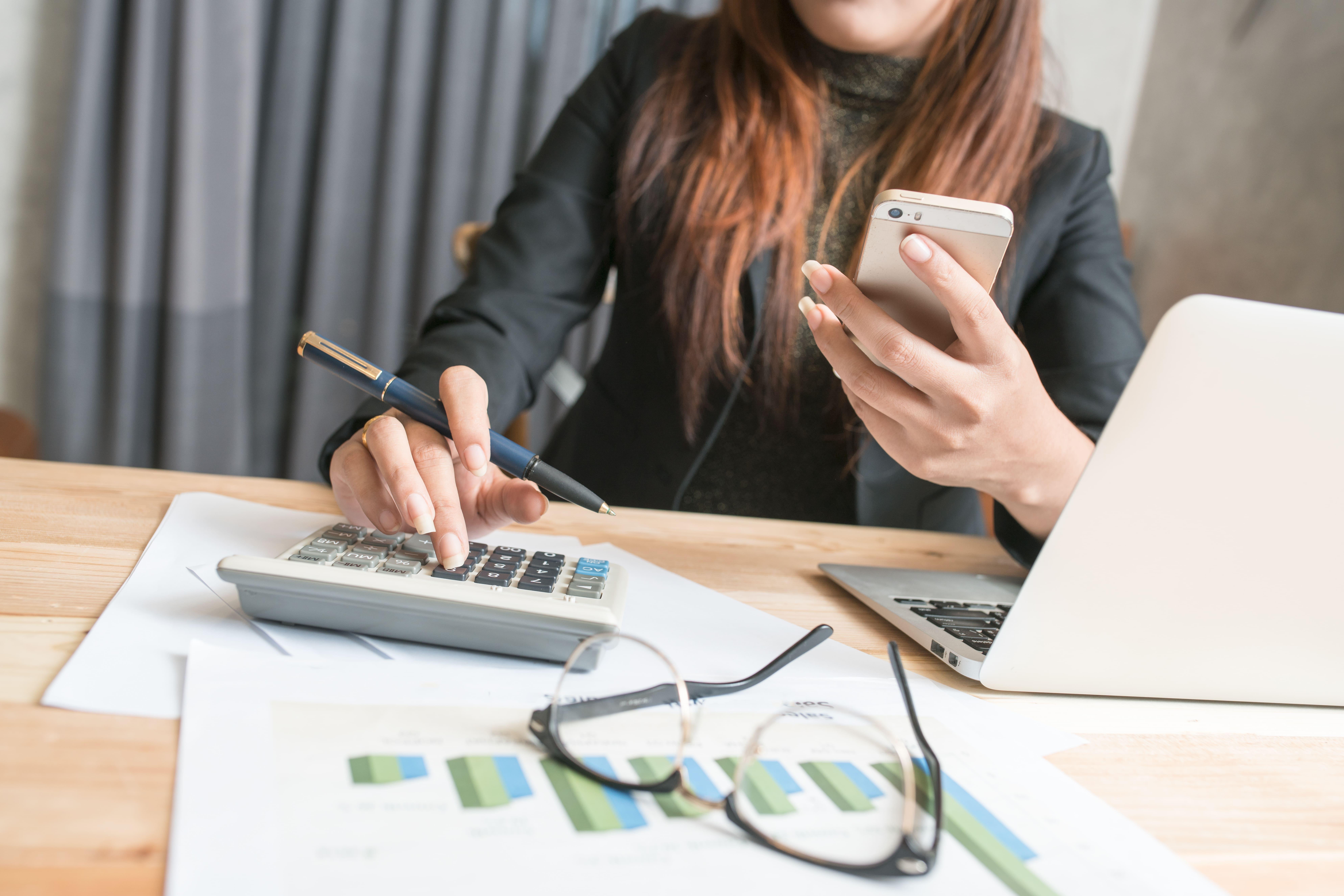 Imagem de uma mulher organizando suas contas para remeter quem deseja saber algumas dicas financeiras para iniciar 2019 com as contas no azul