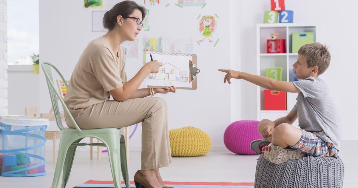 Imagem ilustrativa de uma mulher e uma criança para inspirar quem deseja abrir uma clínica de psicopedagogia