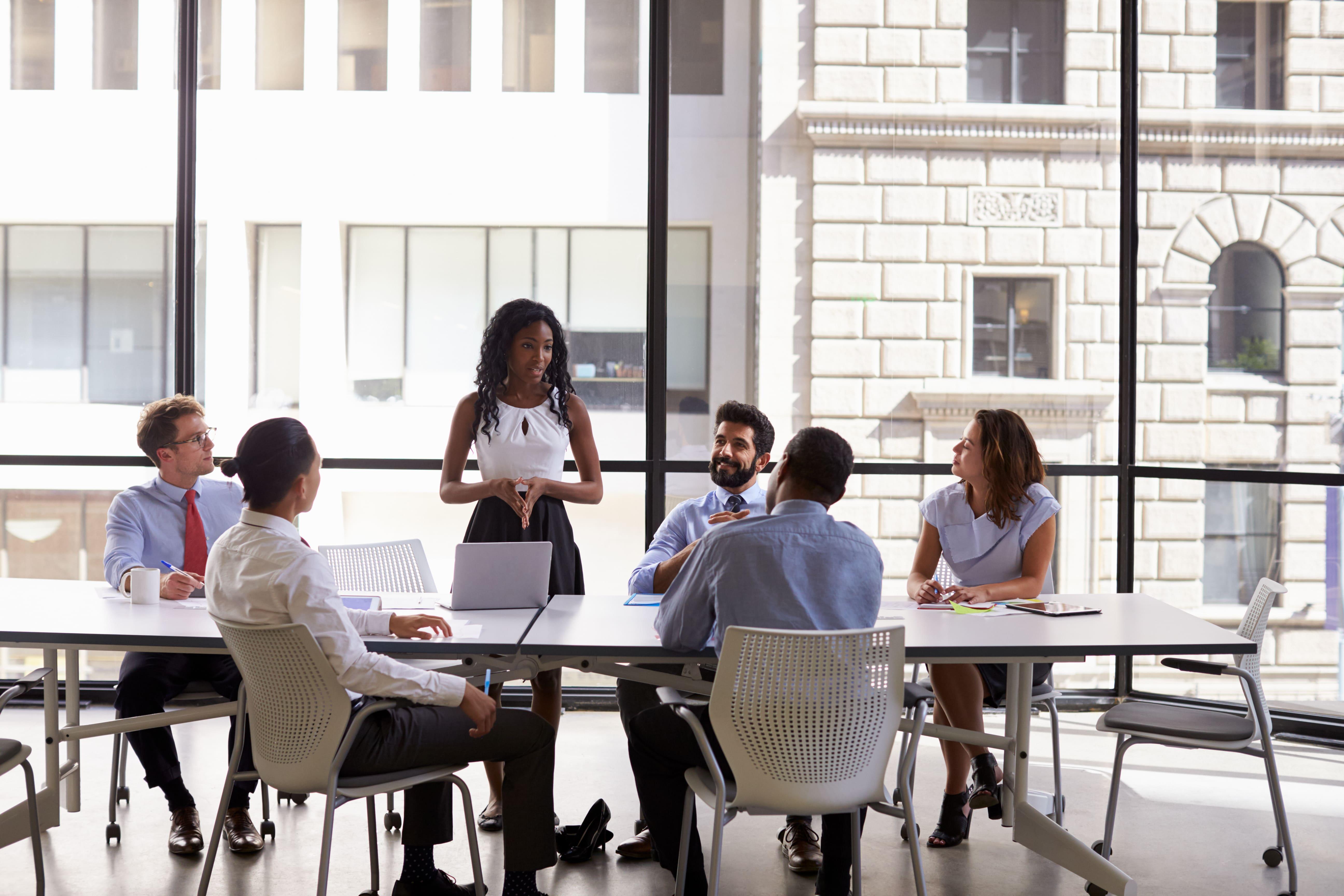 Imagem de uma mulher liderando a reunião para remeter ao texto que mostra como ter reuniões mais produtivas