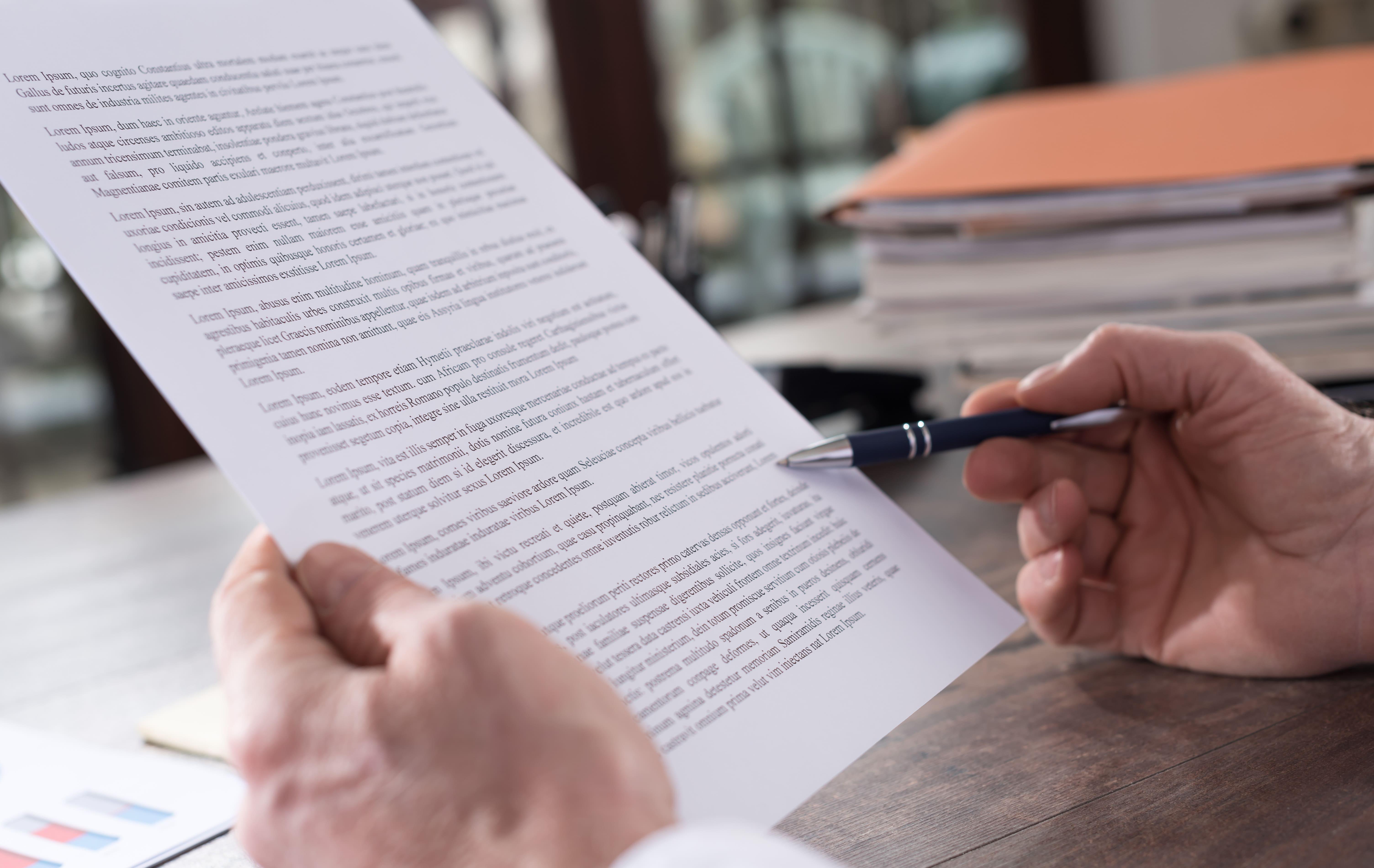 Imagem de uma folha com um texto para remeter quem deseja saber como montar um serviço de revisão de textos