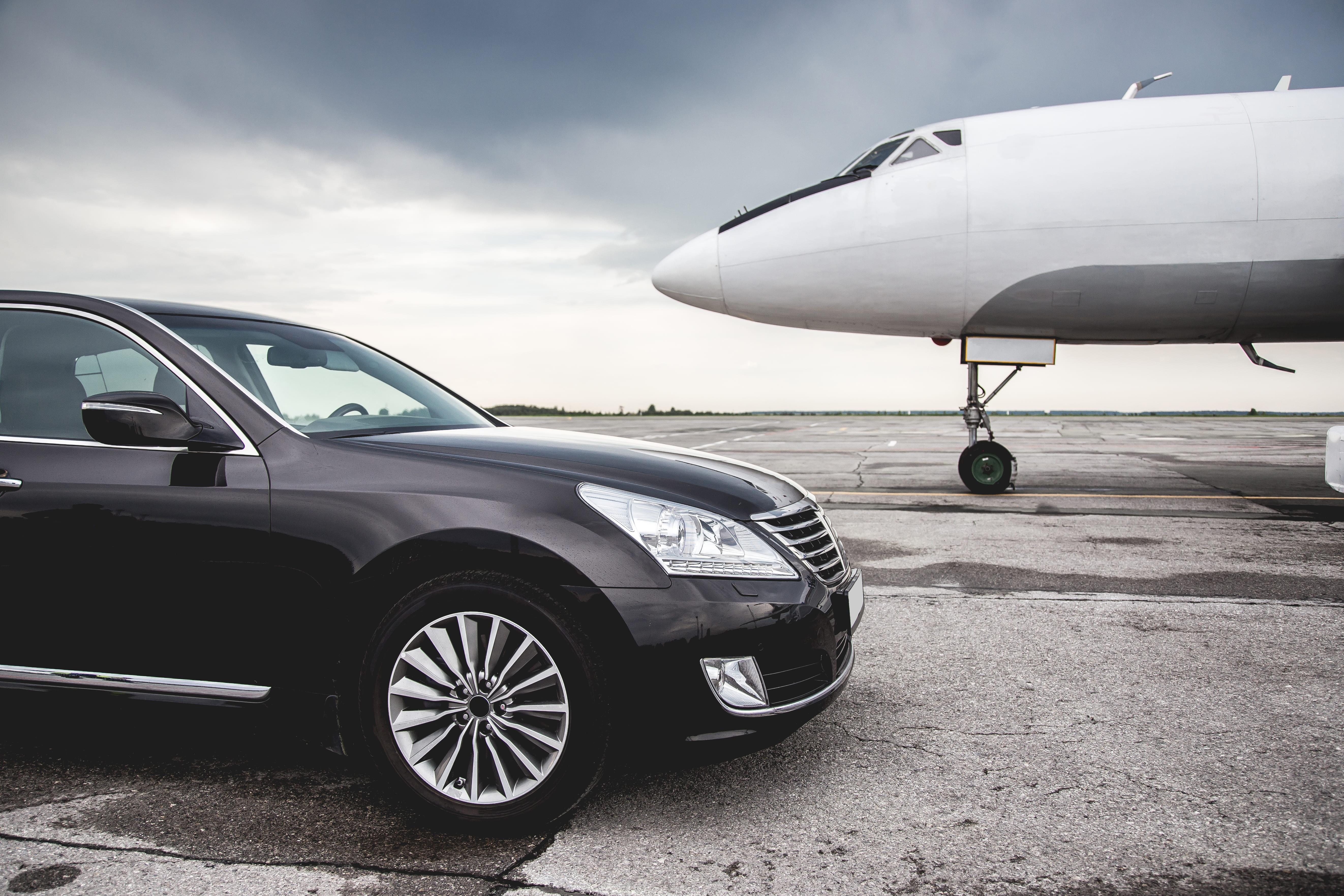 Imagem de um carro ao lado de um avião para remeter ao empreendedor que deseja saber como montar um serviço de transfers