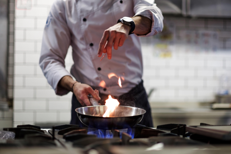 Imagem de um professor cozinhando para remeter ao texto que mostra dicas sobre como abrir uma escola de culinária gourmet