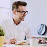 foto de um homem sorrindo e mexendo no notebook, representando empreender no jabaquara
