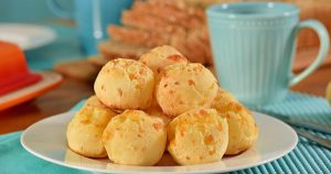 Imagem de um prato com pão de queijo para inspirar quem deseja montar uma fábrica de pão de queijo de sucesso