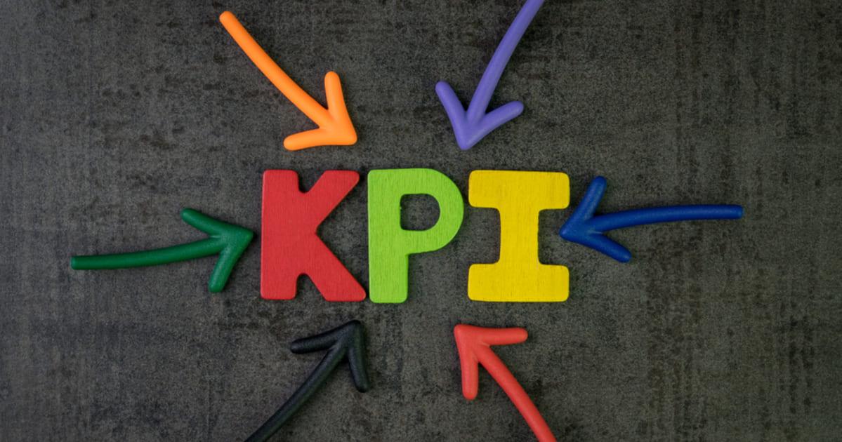 Imagem com letras formando a palavra KPI, representando KPIs na Contabilidade
