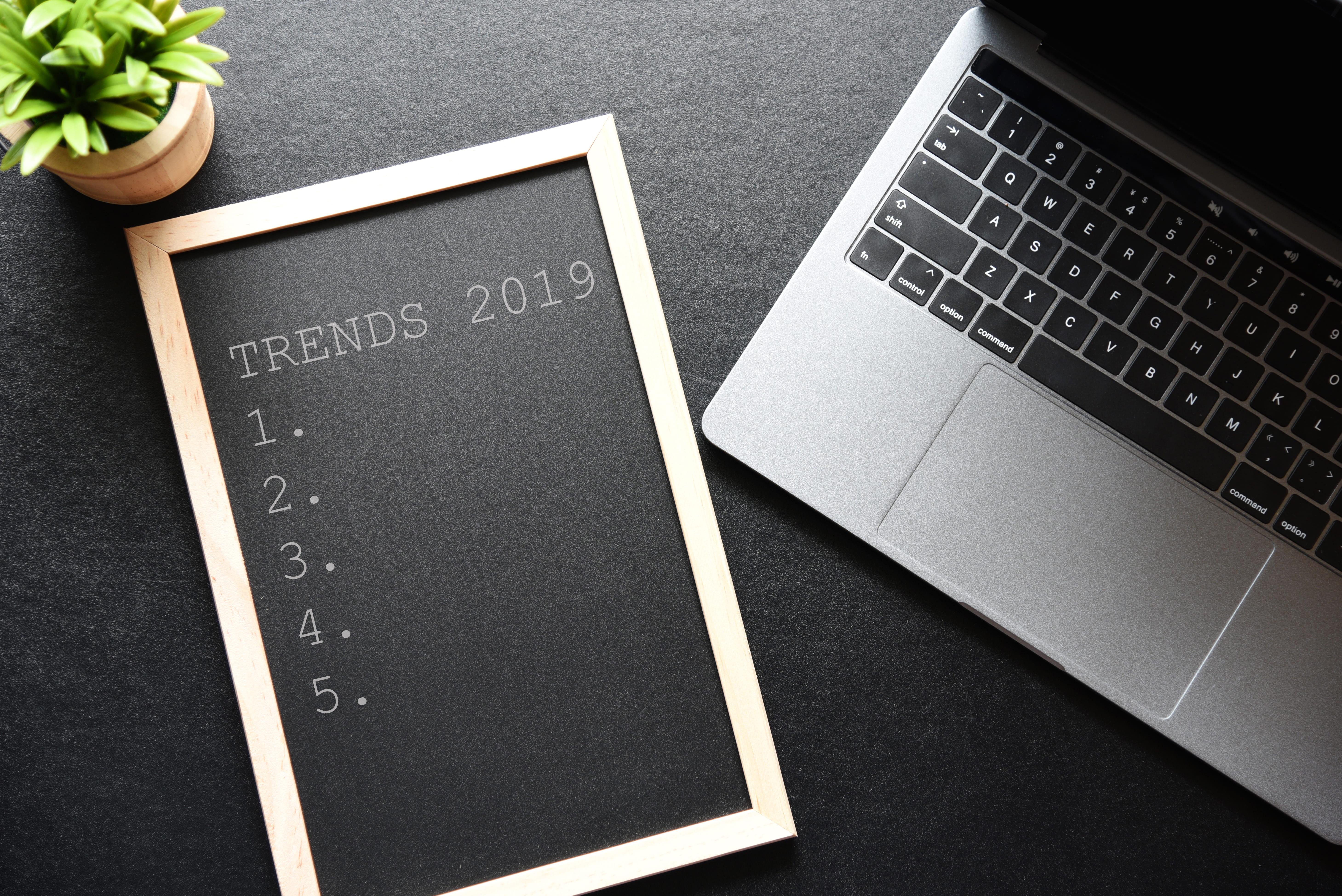 Imagem de uma lousa que está escrito as tendências de Marketing Digital em 2019