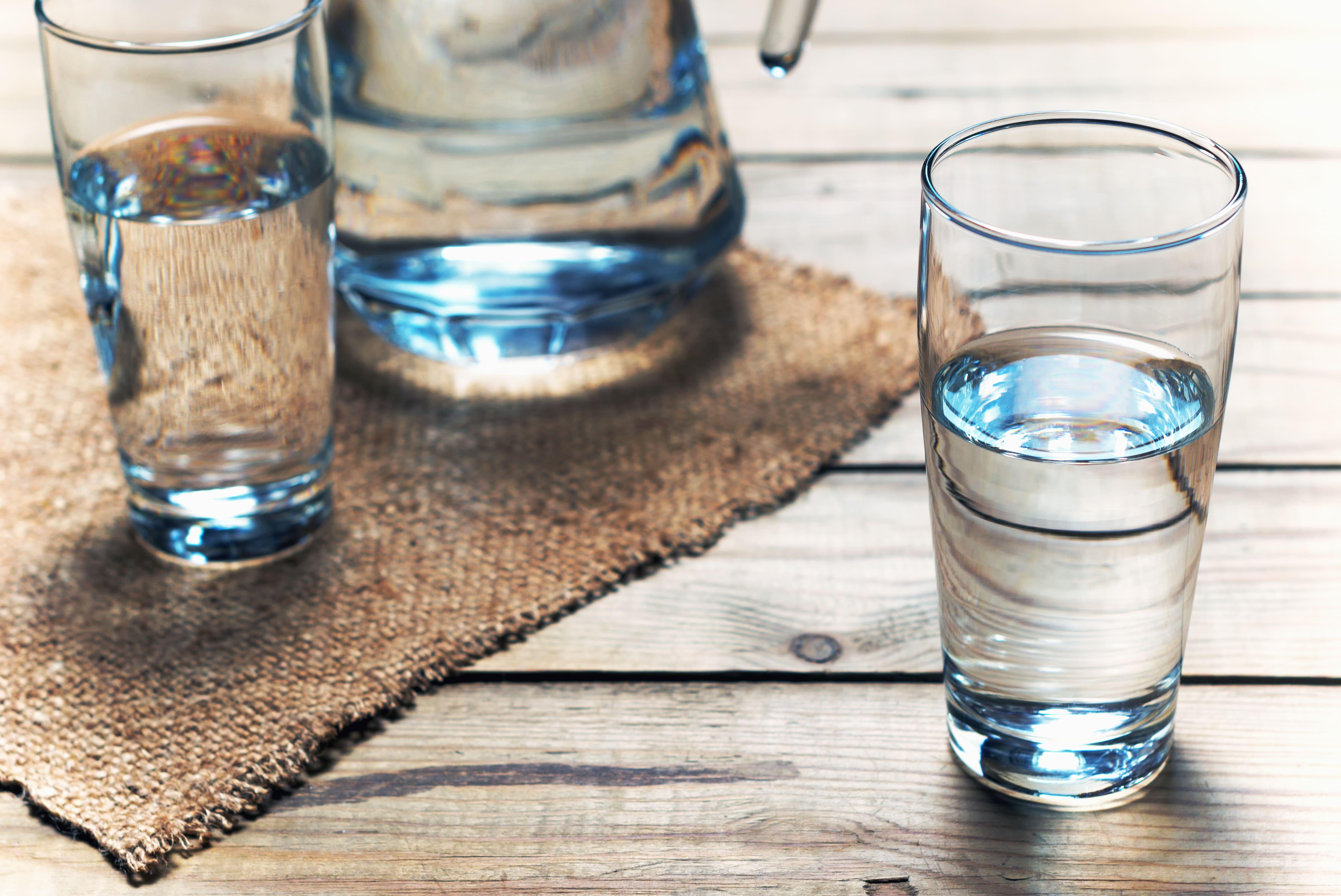 Imagem de 2 copos de água para remeter ao empreendedor que deseja saber como abrir uma distribuidora de água mineral