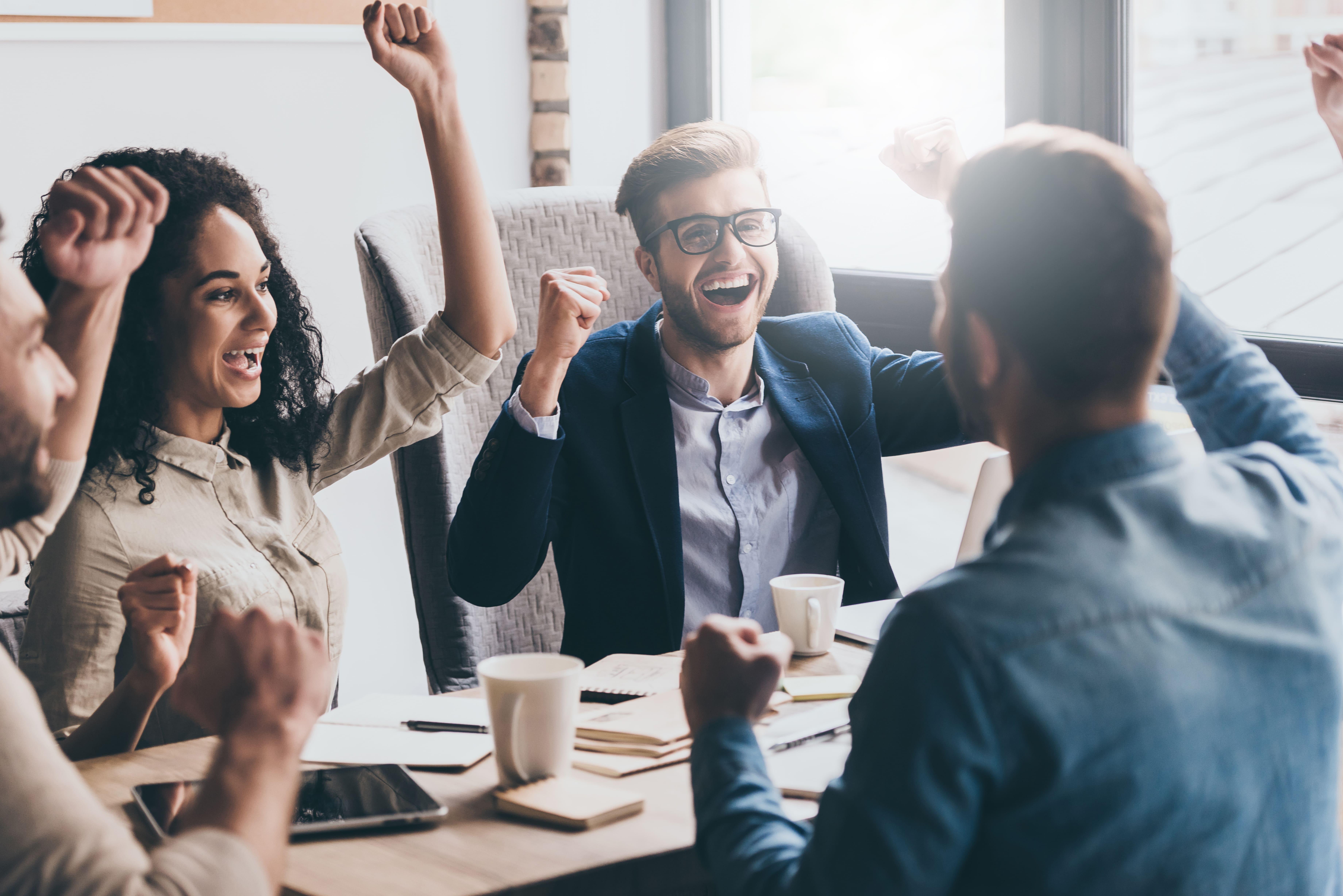 Imagem de um time que estava procurando ideias na internet para vender e ganhar dinheiro em 2019