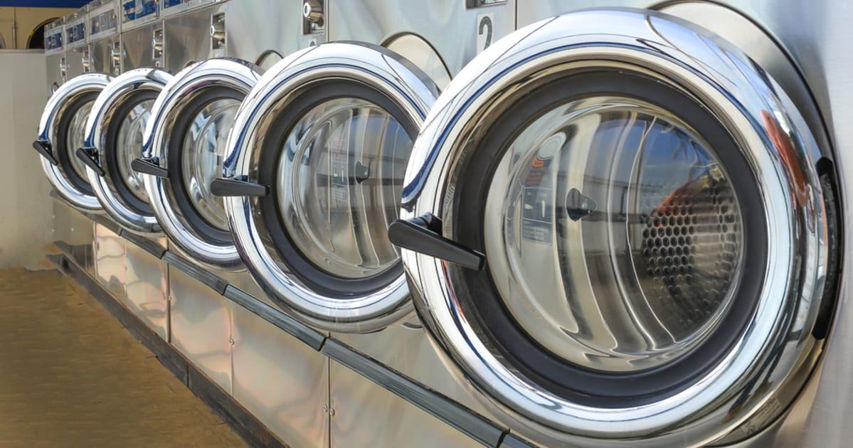 Imagem com máquinas de lavar dentro de uma lavanderia representando a contabilidade para lavanderias