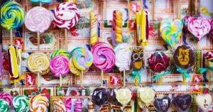 Imagem de alguns doces em prateleiras para remeter ao texto que mostra como abrir uma distribuidora de doces