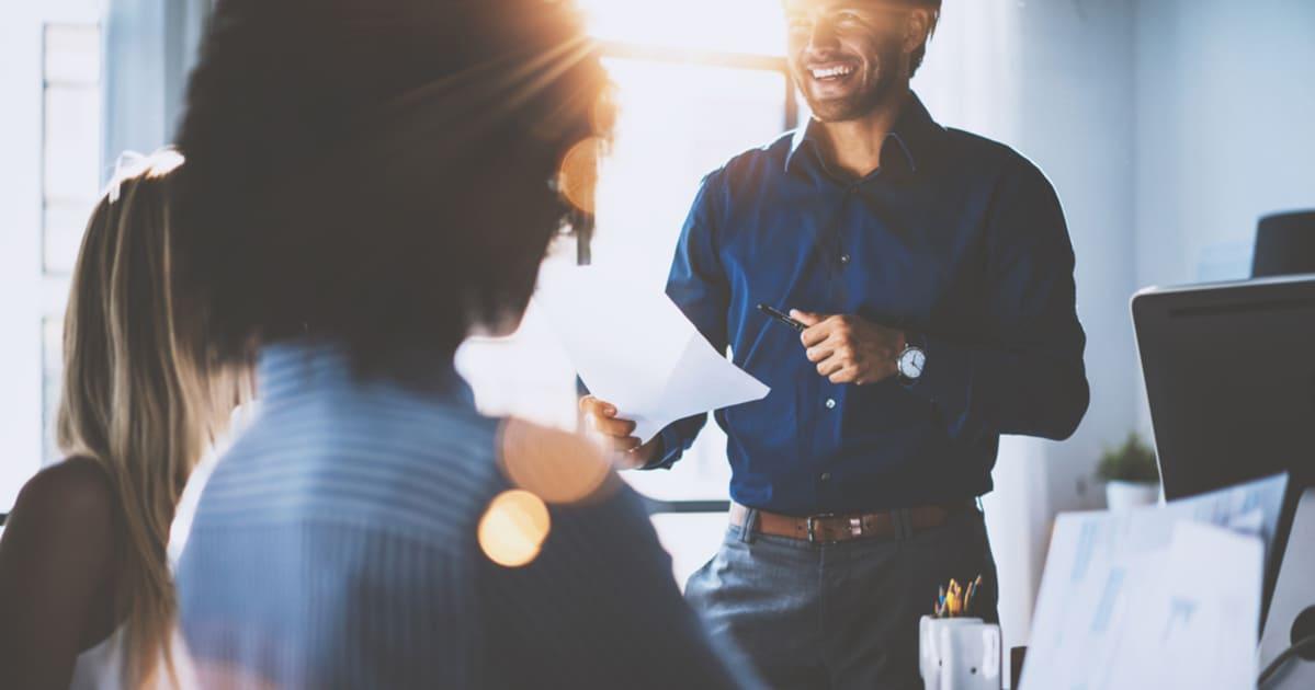 Imagem de um empreendedor conversando com colaboradores, representando como empreender na Moóca