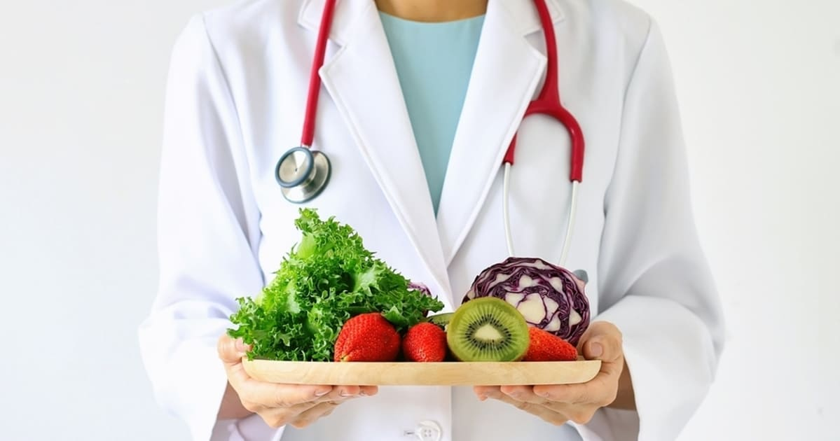 Nutricionista segurando frutas, mostrando uma dieta saudável representando a contabilidade para clínica de nutrição