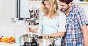 Imagem de um casal cozinhando para inspirar o empreendedor que deseja montar uma distribuidora de gás e água
