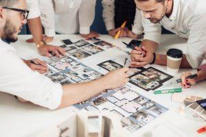 Foto de pessoas trabalhando em um projeto, representando como abrir uma empresa de decoração