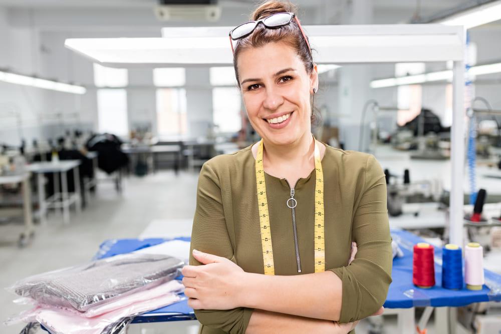 foto de uma mulher em uma fábrica de costura, representando como abrir uma mei