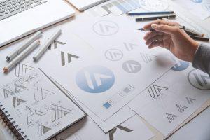 foto de um designer criando a identidade visual para contador