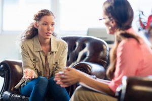 foto de uma mulher conversando com psicologa, representando como abrir um consultório de psicologia