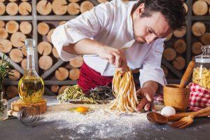 foto de um chef de cozinha fazendo massas, representando como abrir um restaurante italiano
