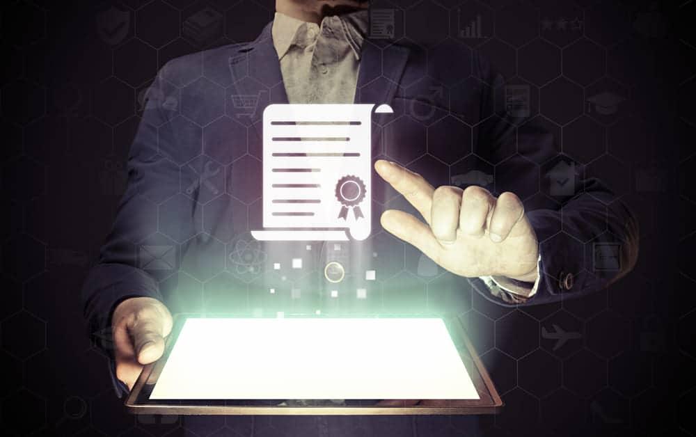 foto de um homem com um certificado digital