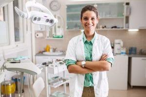 foto de uma dentista no consultório, representando a dúvida se dentista pode ser mei