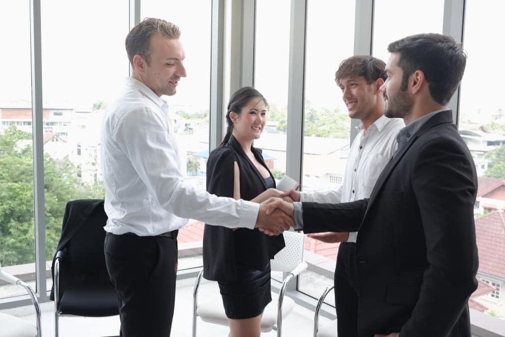 Foto de pessoas apertando as mãos, representando como empreender em araraquara