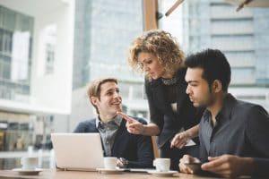 foto de três pessoas conversando sobre negócios, representando como empreender em limeira