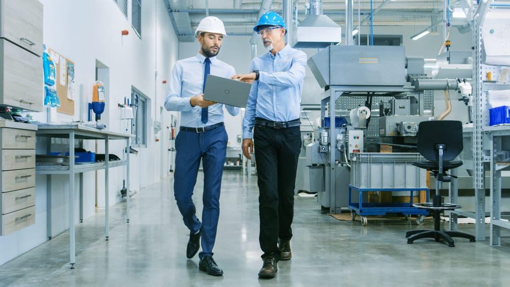 Foto de dois engenheiros conversando, representando a dúvida se engenheiro pode ser mei
