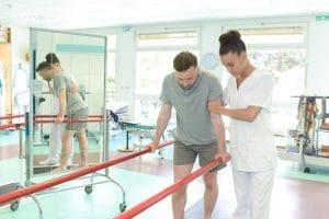 foto de uma mulher fisioterapeuta atendendo um homem, representando a dúvida se fisioterapeuta pode ser mei