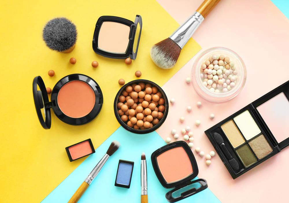 foto de cima de diversos produtos essenciais para mei maquiadora profissional