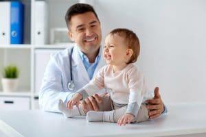 foto de um médico com bebê, representando a dúvida se medico pode ser mei