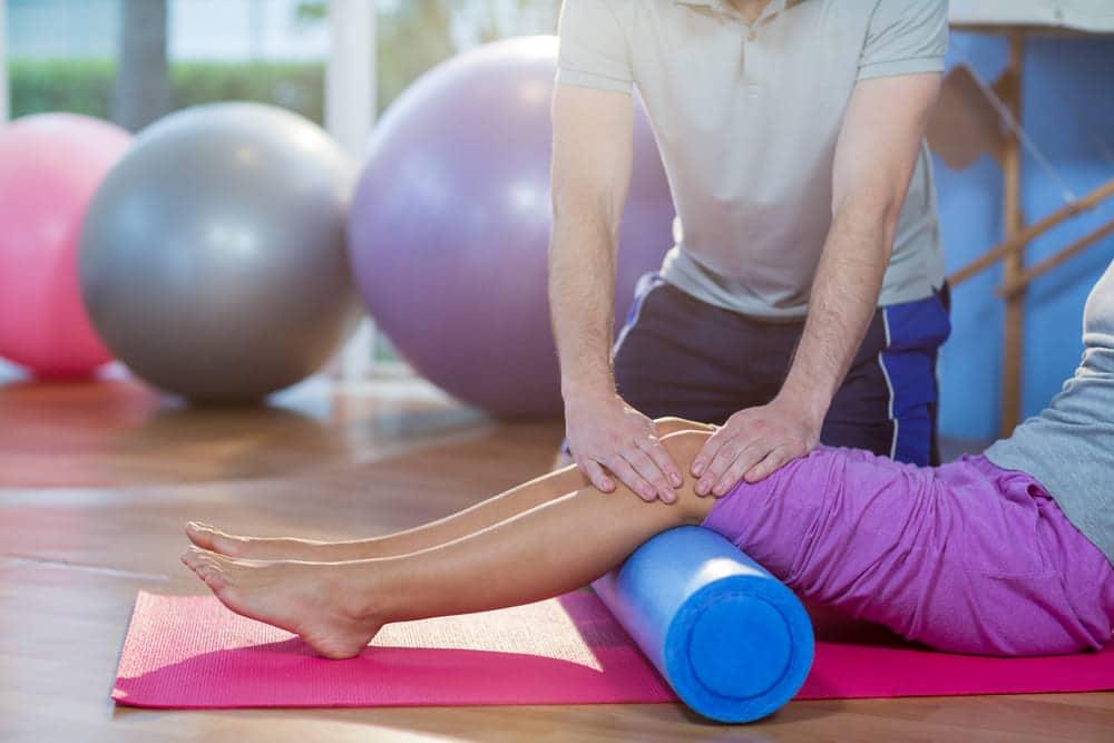 Foto de uma pessoa sendo atendida por fisioterapeuta