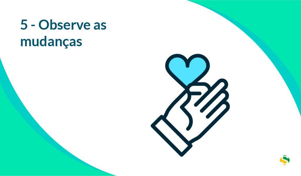 foto de uma mão segurando um coração sobre mudar hábitos e observar as mudanças
